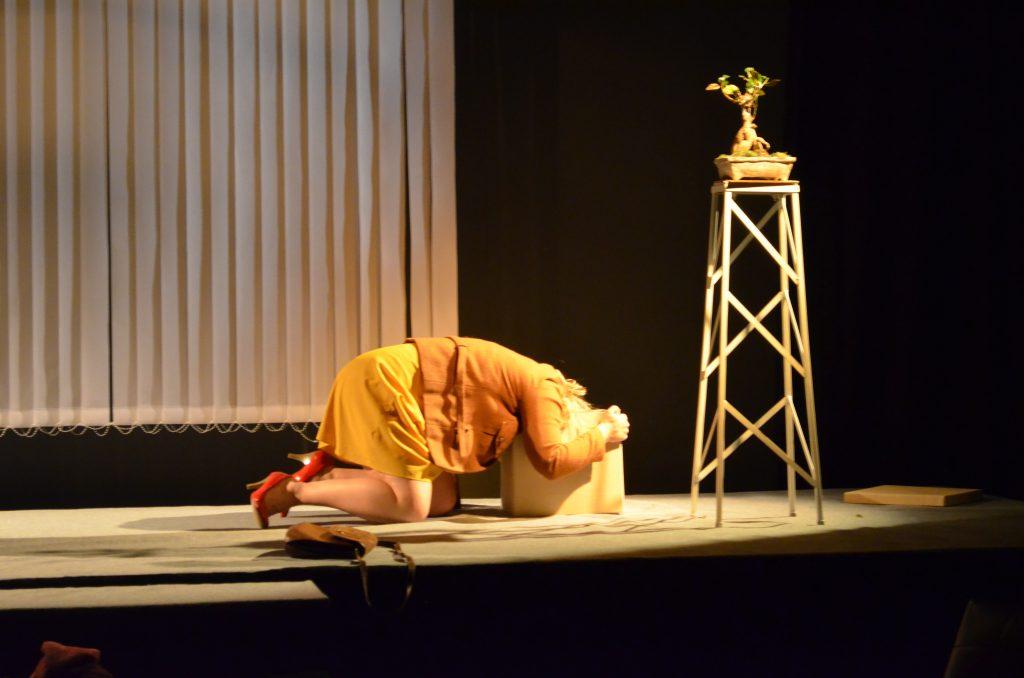 Näyttelijä Sofia Molin lavalla